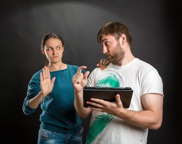 Casal brincando com tablet