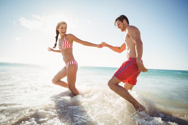 Casal brincando na água