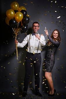 Casal brindando ao bom ano novo