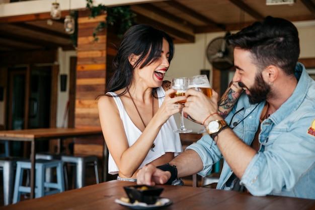 Casal brindando com cerveja