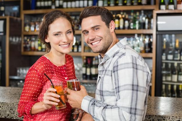Casal brindando com cervejas