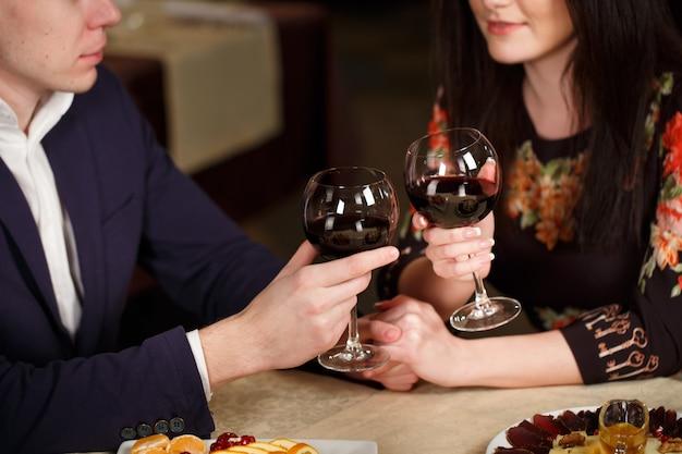 Casal brindando copo de vinho