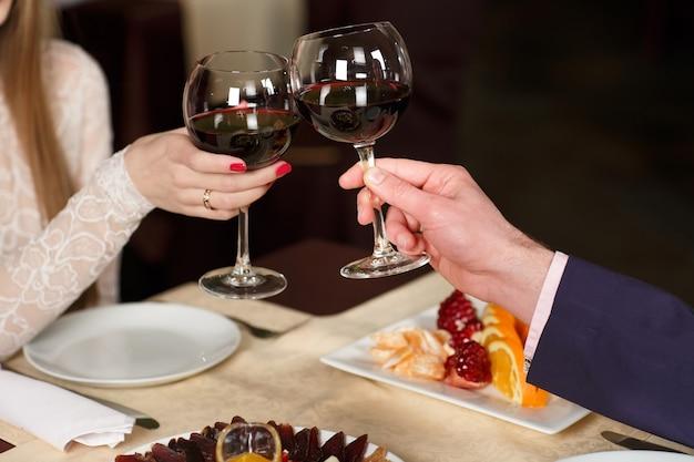 Casal brindando copos de vinho