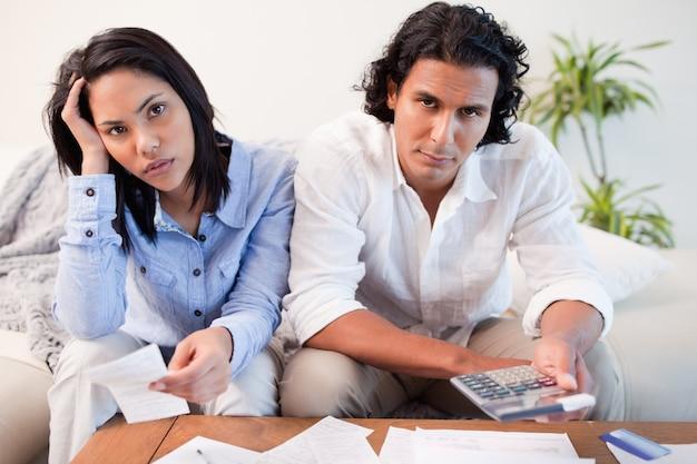 Casal calculando seus custos