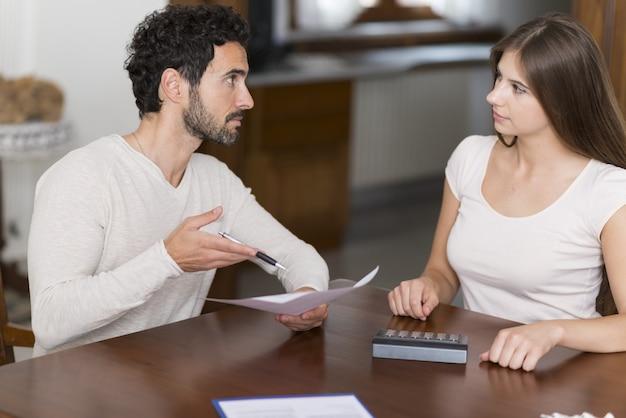 Casal calculando suas despesas em casa