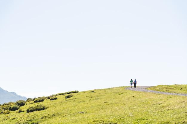 Casal caminhadas na montanha usando mochila