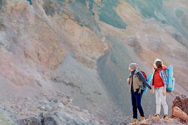 Casal caminhadas nas montanhas grandes