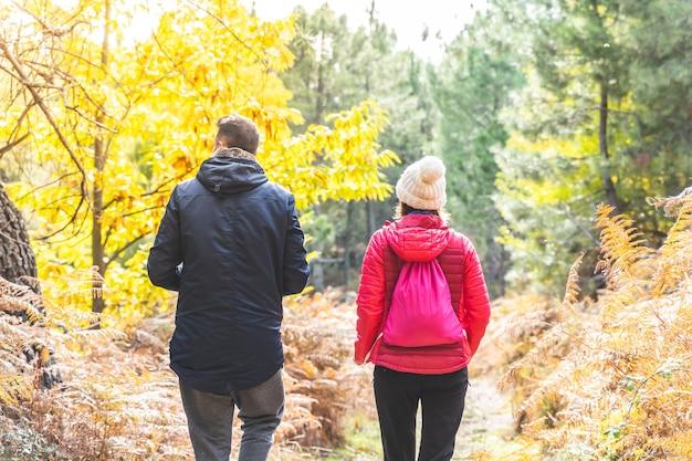Casal caminhando juntos na montanha. lindo casal caminhando na montanha.