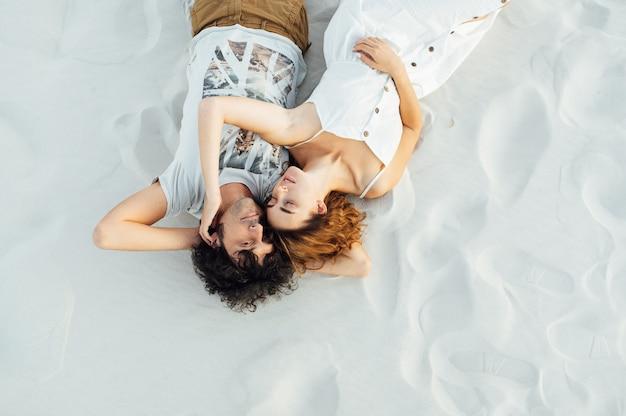 Casal caminhando na praia. jovem casal interracial feliz caminhando na praia