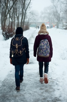 Casal caminhando pelo parque no inverno