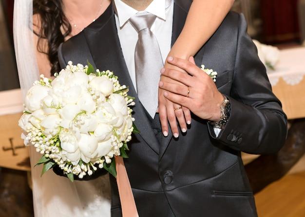 Casal casado com buquê de peônias