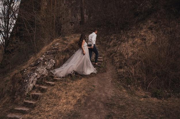 Casal casado com um homem e uma mulher grávida