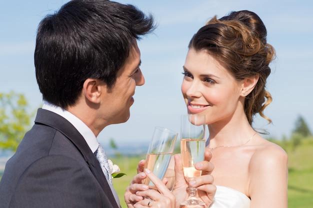Casal casado comemorando