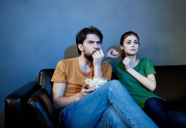 Casal casado no sofá assistindo tv