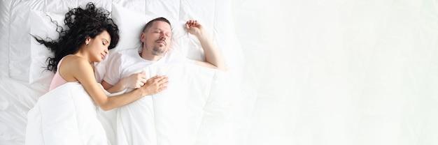 Casal casado passa o dia de folga na cama macia