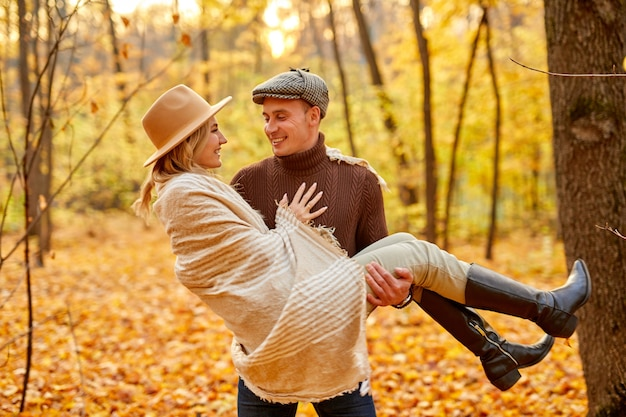 Casal casado passa um tempo em um dia ensolarado de outono na natureza de outono