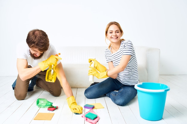Casal casado perto do sofá limpeza materiais prestação de serviços