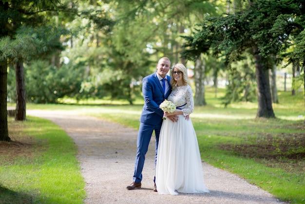 Casal casamento linda noiva e noivo andando no jardim botânico verde