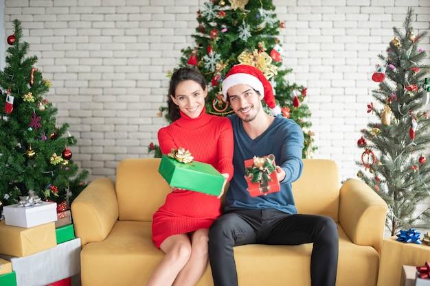Casal caucasiano atraente de amor está comemorando o natal em casa