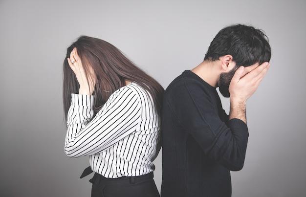 Casal caucasiano chateado. problemas de relacionamento