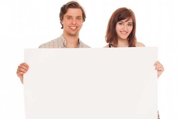 Casal caucasiano com papéis em branco