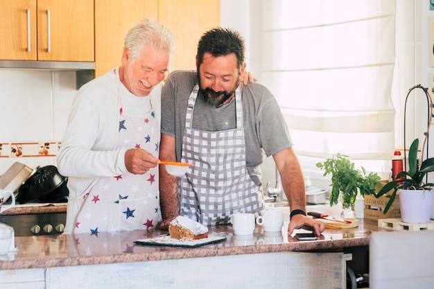Casal caucasiano em casa preparando um bolo juntos