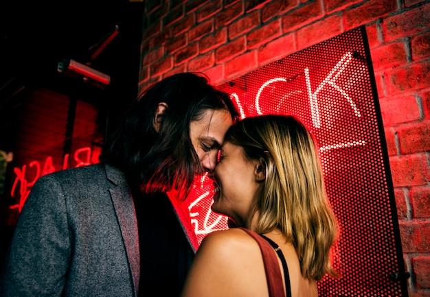 Casal caucasiano em um clube noturno