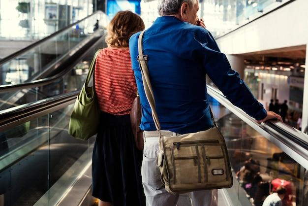 Casal caucasiano está falando juntos no aeroporto