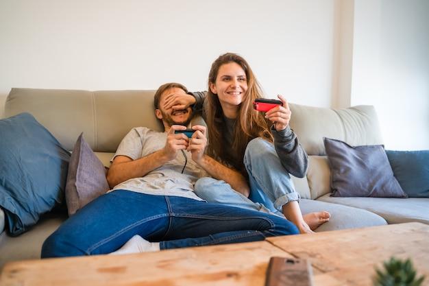 Casal caucasiano jogando videogame. palma de maiorca, espanha