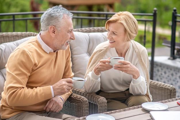 Casal caucasiano maduro e casal curtindo a companhia um do outro