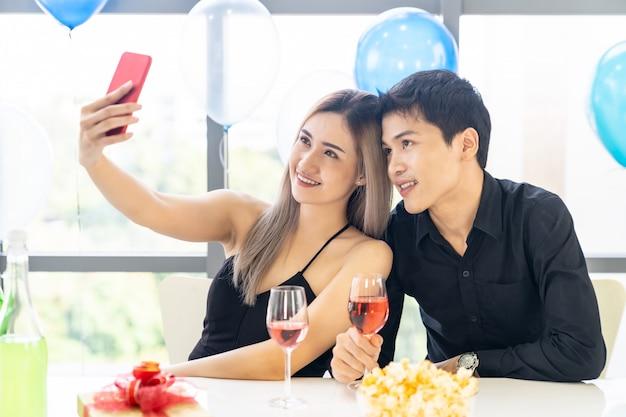 Casal celebração de ano novo selfie