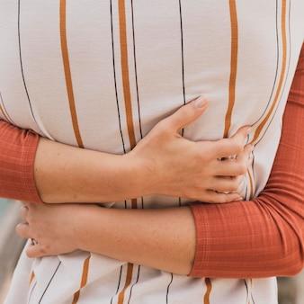 Casal close-up abraçando