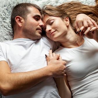 Casal close-up dormindo juntos