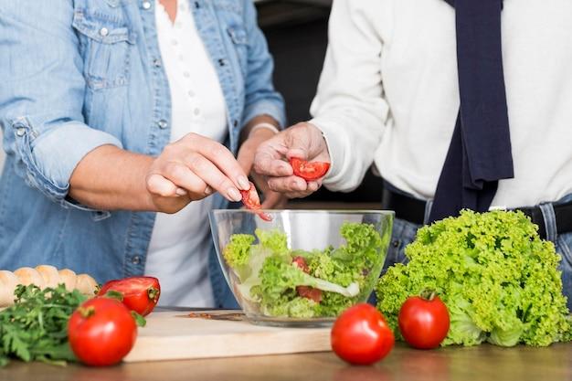 Casal close-up fazendo salada