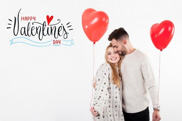 Casal com balões de coração no dia dos namorados