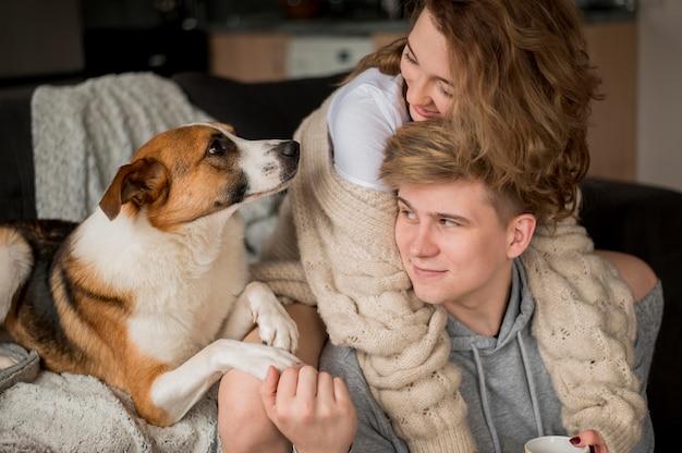 Casal com cachorro olhando