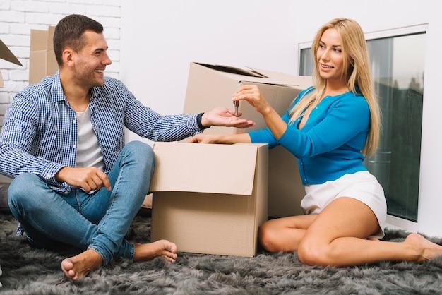 Casal com caixas e chaves