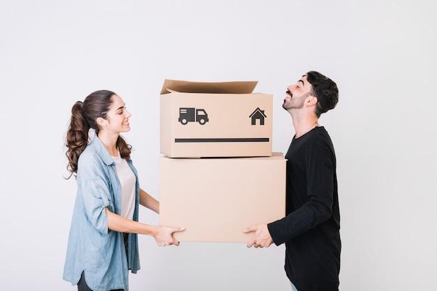 Casal com caixas móveis