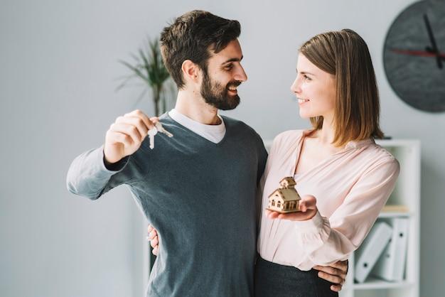 Casal com casa e chaves
