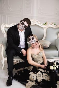 Casal com caveira maquiada para o halloween