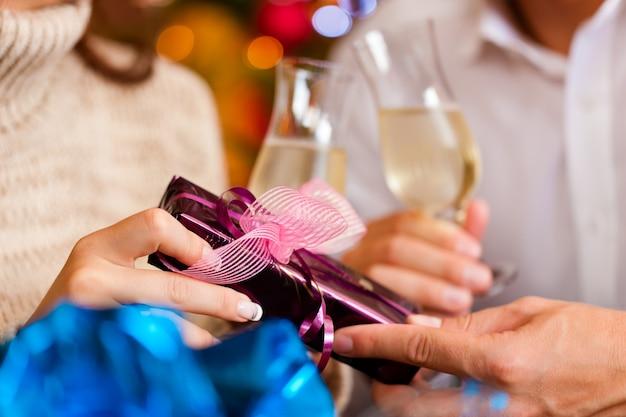 Casal com champanhe na véspera de natal