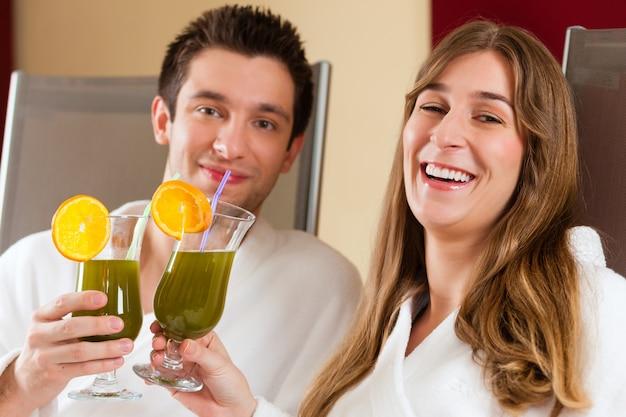 Casal com clorofila-shake em spa