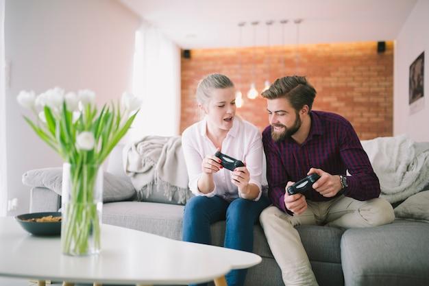Casal com controladores em casa