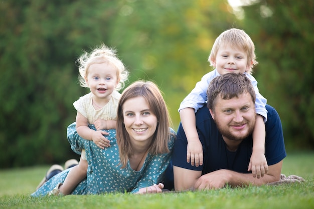 Casal com duas crianças no parque