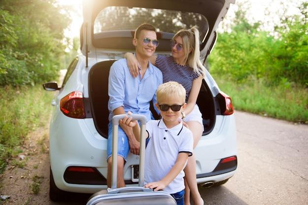 Casal com filho tendo uma pausa para café enquanto viaja no campo