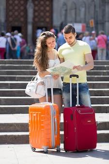Casal com mapa de leitura de bagagem