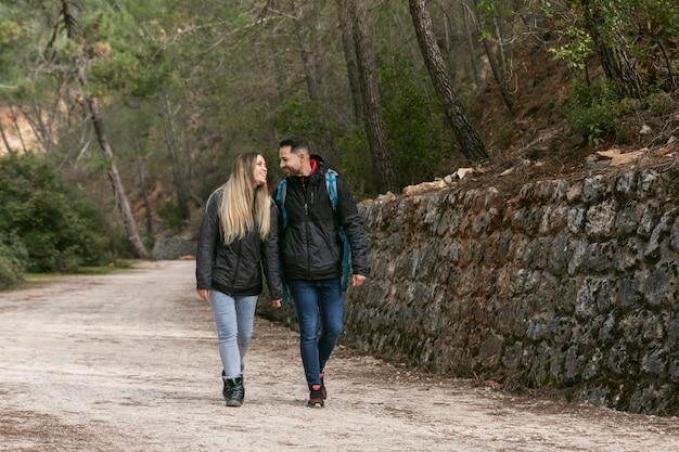 Casal com mochila explorando a natureza