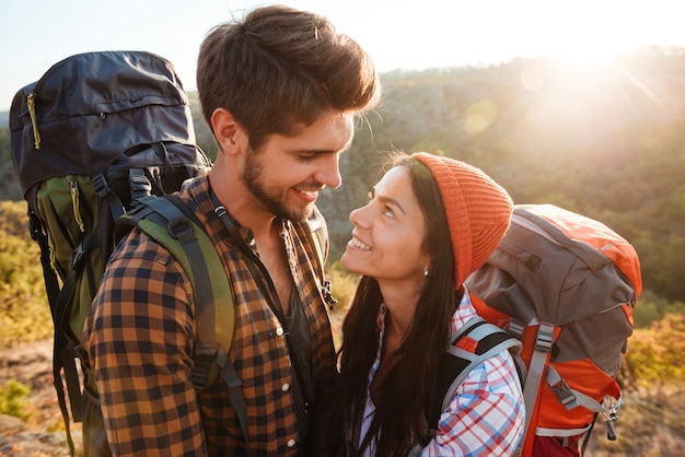 Casal com mochilas nas montanhas
