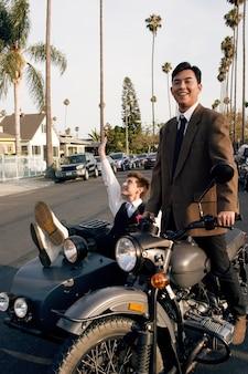 Casal com motocicleta tiro completo