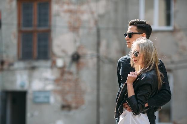 Casal com óculos de sol na rua